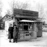 Svetsar Kalle född 1910 vid sin kiosk, (bilden troligen fotograferad på 50-talet) vid nuvarande Teatergrillen. Svetsar Kalle dog 49 år ung av sina lungskador som svetsare på Sörlings, där han slutade c:a 1950