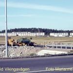 På åkern bakom maskinerna ligger nuvarande Kunskapens Hus (Arlandagymnasiet)